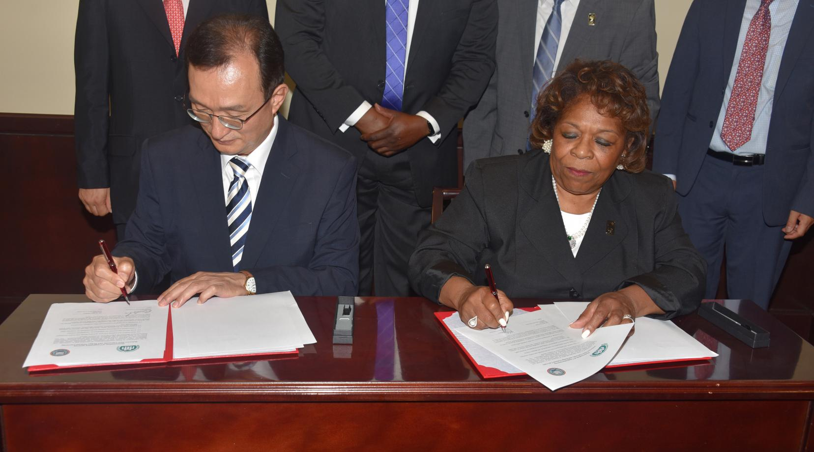 (L-r) Mokpo National University President Min-Seo Park and Delaware State University President Wilma Mishoe sign an agreement that will make possible study abroad and collaboration opportunities.